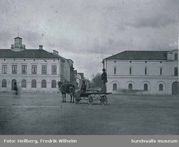 Vy från Hamnplan in mot Sjögatan. Till vänster Tullhuset (uppfört 1855) och till höger Tullpackhuset (uppfört 1863).