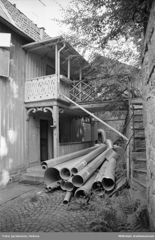 """Kvarnfallet 24 vid Götaforsliden i Mölndals Kvarnby. Mangårdsbyggnad till kvarn (bostad). Veranda: snickeridetaljer med """"gångbro"""" över till upphöjd gångbana."""