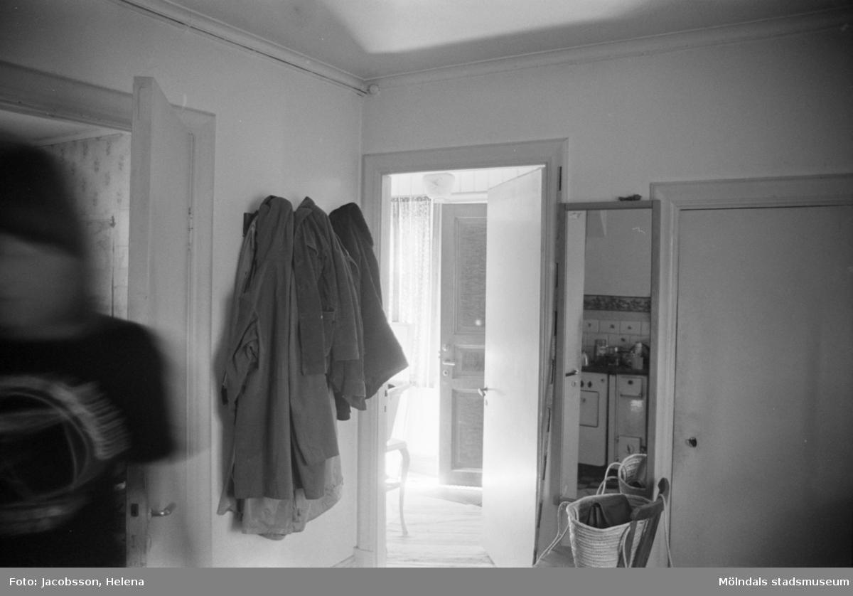 Köksdel i bostadshus Roten M 11-12, okänt årtal. Vindsvåningen avbildad. Okänd person.