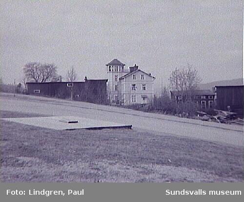 """Thulegatan 51. """"Tornvillan"""". Denna byggnad är troligen uppförd omkring 1895 eller något tidigare. Byggherre var troligen handlaren Per Taflin, som bedrev möbelförsäljning i staden under några år. Byggnaden är uupförd i timmer. Med sitt torn var villan länge riktmärke på Södermalm i likhet med närbelägna vilorna """"Carlshem"""" och """"Carlsro"""". Författaren Lars Ahlin ska ha tillbringat några år av sin ungdom i detta hus."""