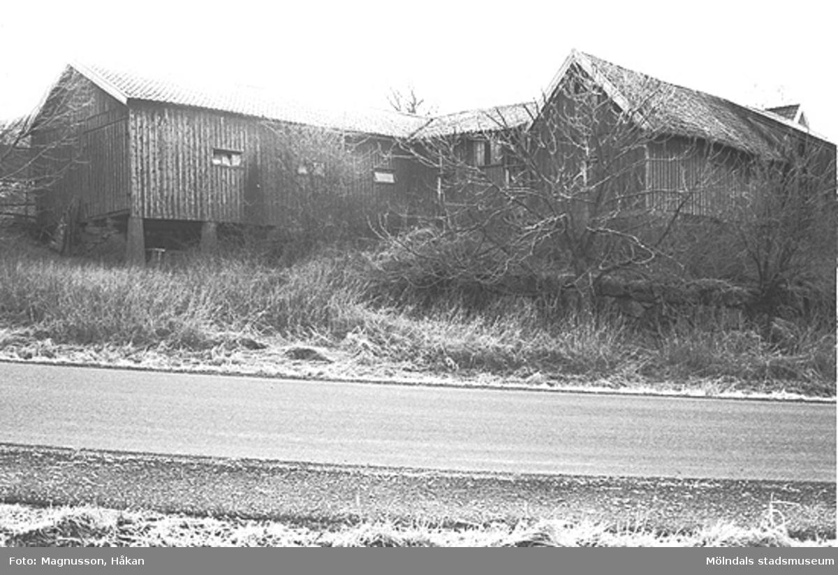 """Uthus på """"Alfreds gård"""" på Backen/Högen 2:9 i Kållered, februari 1991."""