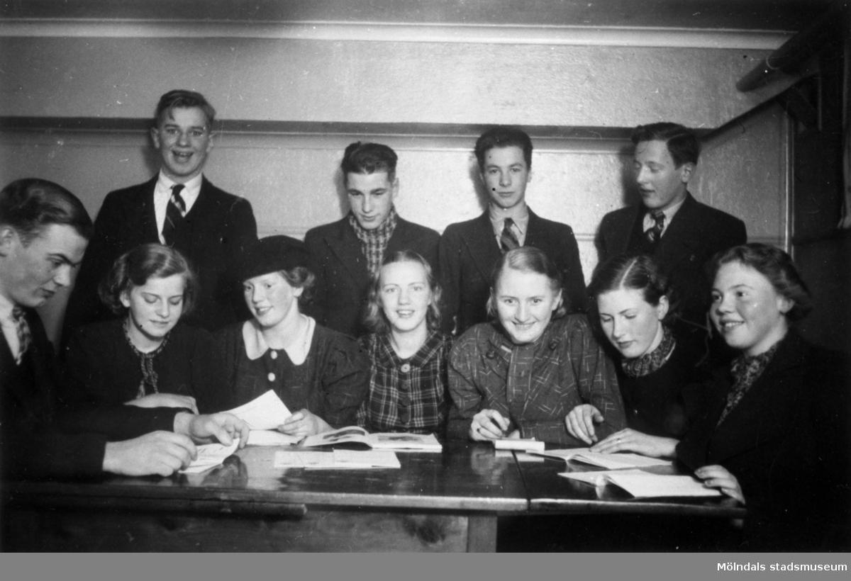 HSBs förening har studiecirkel i Krokslätts Folkets Hus, 1932-1964. Se även 1991_0601-0609, 1991_1785-1788.