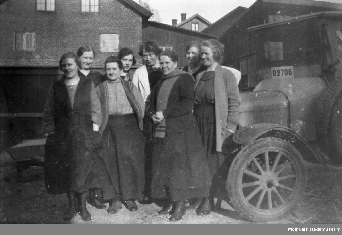 """Flickorna från läggrummet på fabriken Ahlafors. cirka 1916-1917. Med på bild: Ester Johansson, Josefina Magnusson, Nina Rosqvist, Anna """"ve sjön"""" Johansson (Kikås Långvatten), Emma Gahrn, Ada Wall, Nelly Östberg och Ester Rosqvist.  Fabriken Ahlafors bestod av kvarnfallen 16-17 i vinkeln mellan Götaforsliden och Royens gata.  Bilden är troligtvis hämtad ur boken """"Garn och gagn - en krönika om trikå utgiven till hugfästandet av ett textilt halvsekeljubileum 1913-1963""""."""