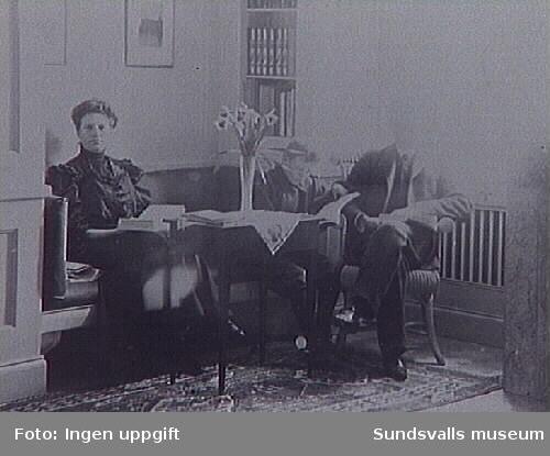 Gustaf Johansson med fru Lydia i bostaden kallad Villa Port Athur, Rådhusgatan 35, i Sundsvall. Gustaf Johansson var direktör för Johannedals Trävaruaktiebolag.