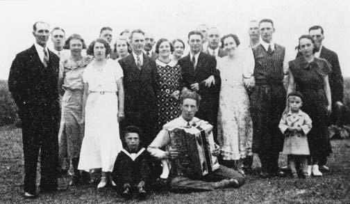 För första gången hade dessa klubbmedlemmar med sig sina damer på ett möte. Man började med att dricka kaffe. Därefter vidtog det egentliga mötet med diskussioner i aktuella lantbrevbärarfrågor såsom den nyligen sänkta ersättningen, priser på uniformsmössor och pensioner. Mötet avslutades med supé och logdans. Reprofoto 1978-09-20 efter illustration i tidningen Postmannen nr 15/1934, (i Postmusei bibliotek).