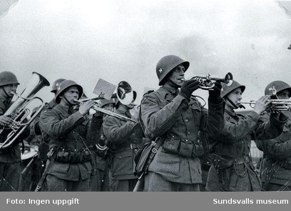 "Trondheim den 10 maj 1945 efter Bataljon llls ankomst.""Korpset spiller för avmarsj."" (Einar Lian, Trondheim, februari 1989)"