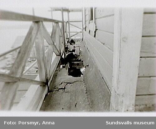Svartviksindustriområde. Bild 15: Delar av ruttna golvet till balkongen på  vattentornets östra del. Bild 16: Delar av vattentornets norra del.