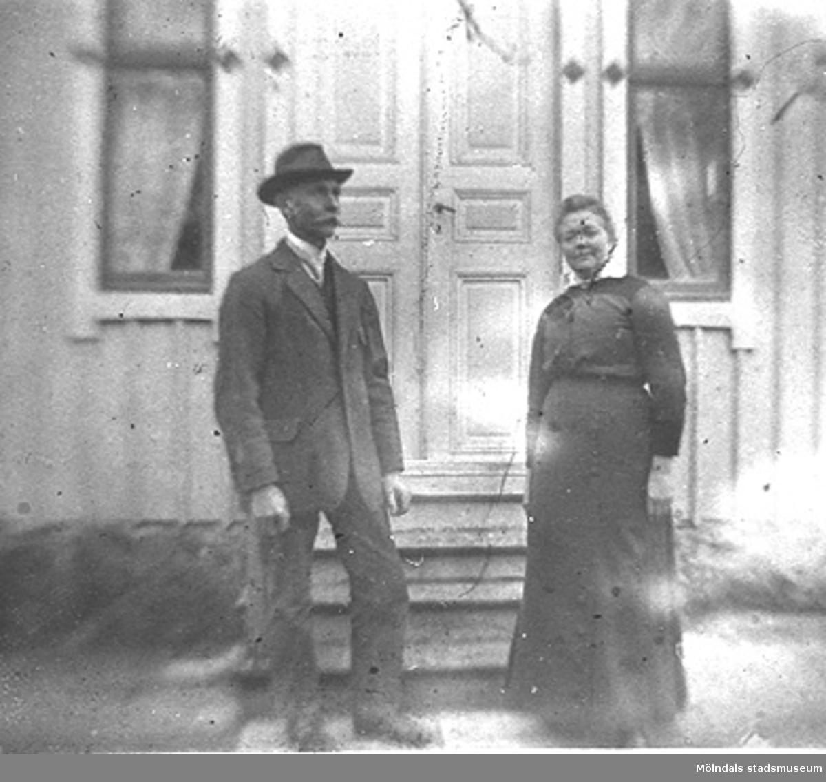 Victor Hasselberg (1864 - 1945) och hustrun Clara (1863 - 1942) utanför sitt hem Fridhem i Gastorp, okänt årtal. Victor var möbelsnickare i Lindome från 1890-talet och framåt. I unga år tog han anställning vid Kungliga Svea Livgarde i Stockholm. I Lindome deltog han i det kommunala arbetet, bl.a som ledamot i kommunalfullmäktige. Paret är Anna och Karin Hasselbergs föräldrar.