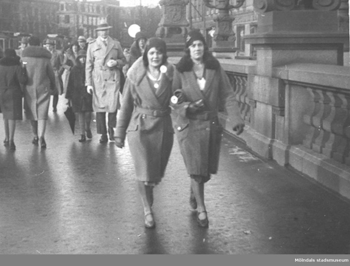 Karin Hasselberg och en väninna promenerar på Kungsportsbron i Göteborg, cirka 1930- till 40-tal.