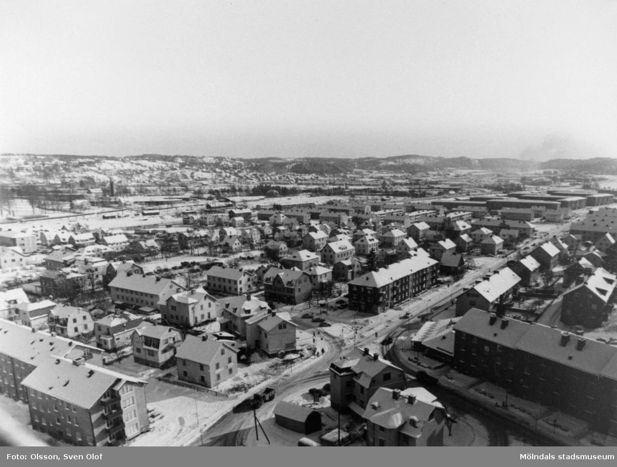 Vy från kyrktornet på Fässbergs kyrka i februari 1970. Man ser i förgrunden från vänster; delar av Bergmansgatan, Frölundagatan (nuvarande Brogatan) och Storgatan som går söderut.