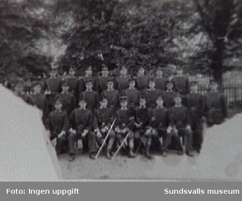 Inryckning. I bakre ledet nr 3 fr v står Gustaf Vilhelm Lindström född 1874 i Sundsvall.
