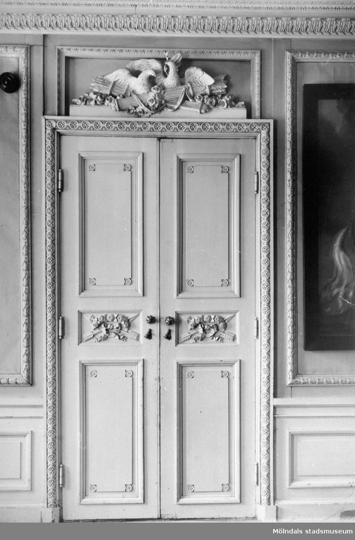 Dubbeldörr med två fåglar i relief ovanför i fru Halls (Christina Hall, 1749–1825) sängkammare. Gunnebo slott, 1930-tal.