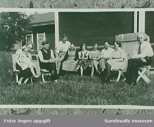 Kaffekalas hos Petterssons i Svartvik.fr. v.Elisabeth Elvström, Selvy Elvström,FerdinandGäfvert, Halvar Gäfvert, Maria Gävfert, SonjaGäfvert, Gerda Gäfvert, Helmer Pettersson.