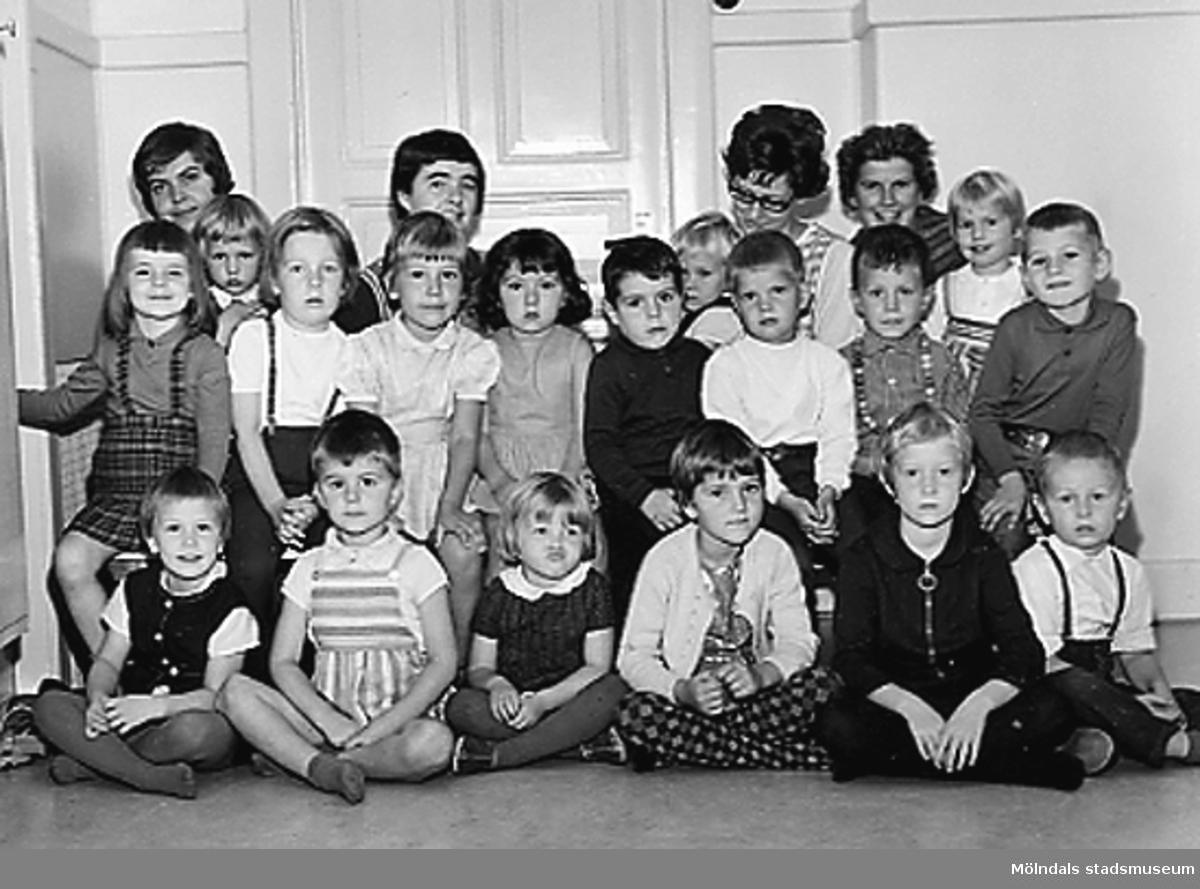 Grupporträtt av barn och deras lärarinnor vid Holtermanska daghemmet 1953.