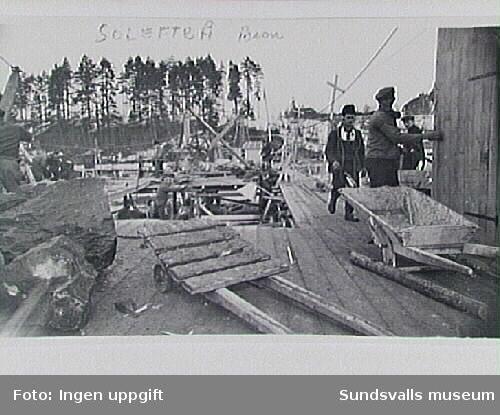 Byggande av bro över Ångermanälven i Sollefteå.