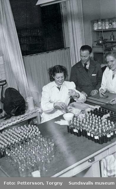 Apoteket Lejonet, kv Minerva 4, Storgatan 12.01 Laboratoriet 02 Analysbiträden03 Laboratoriet04 Apotekare Åke Lundgren tillsammans med en apotekselev vid en destillationsapparat, slutet av 1940-talet05 Apoteksofficinen, den del av apoteket som allmänheten kom i kontakt med06 Drogvinden, slutet av 1940-talet08 Förvaringskärl på drogvinden09 AD-vitaminlösning fylls på glasflaskor11 Kontorsrum12 Apotekselev Britt Bergström siktar droger, slutet av 1940-talet
