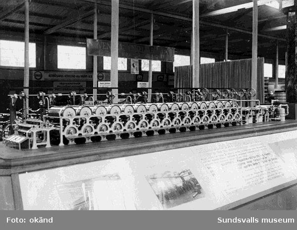 Cellulosatorkmaskin visas. Möjligen i Sundsvalls Förenade Verkstäders monter. Troligen Sundsvalls industrimässa 1928.