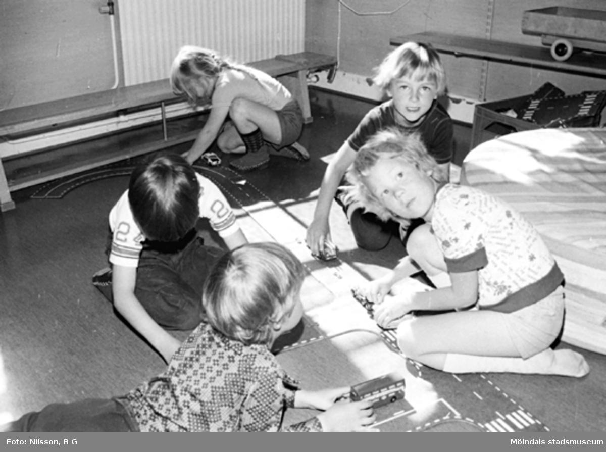 Barn som leker med bilar på golvet. Holtermanska daghemmet, okänt årtal.