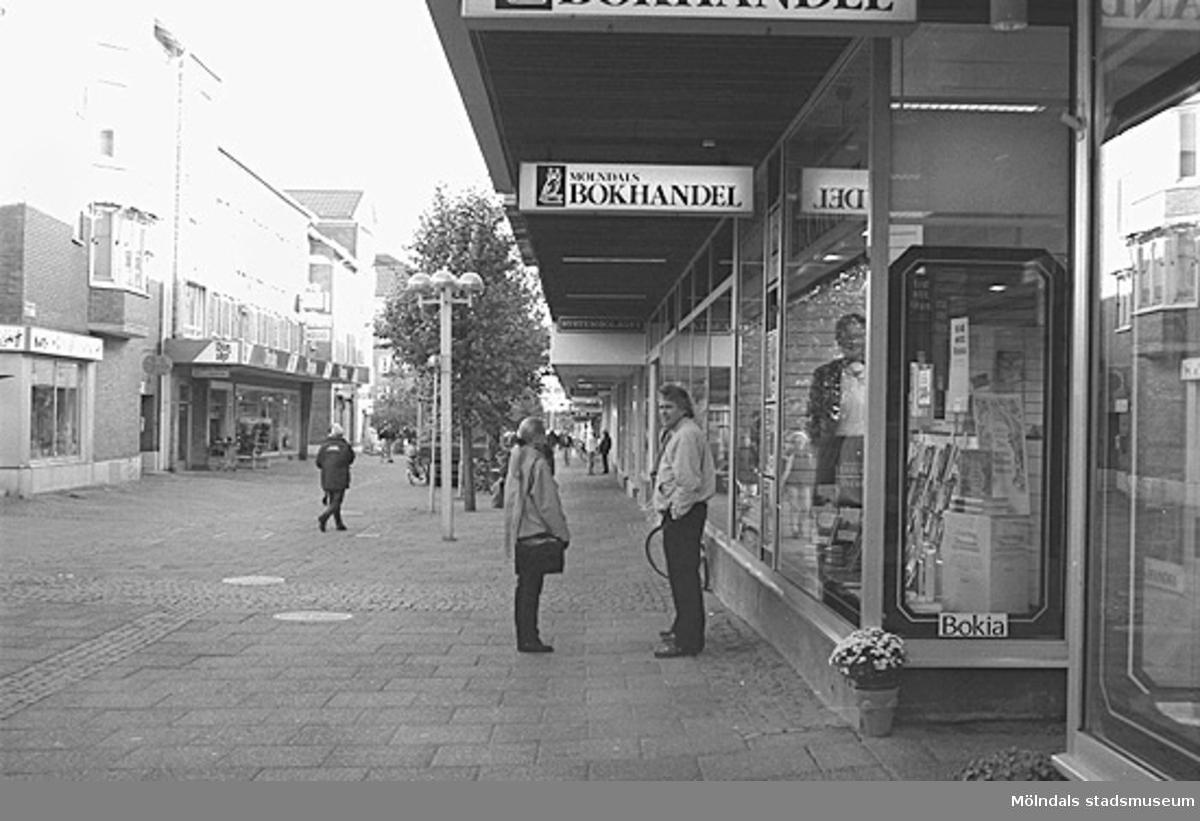 Mölndals bokhandel på Brogatan. Mölndalsbro i dag - ett skolpedagogiskt dokumentationsprojekt på Mölndals museum under oktober 1996. 1996_1052-1060 är gjorda av högstadieelever från Kvarnbyskolan 9C, grupp 2. Se även 1996_0913-0940, gruppbilder på klasserna 1996_1382-1405 samt bilder från den färdiga utställningen 1996_1358-1381.