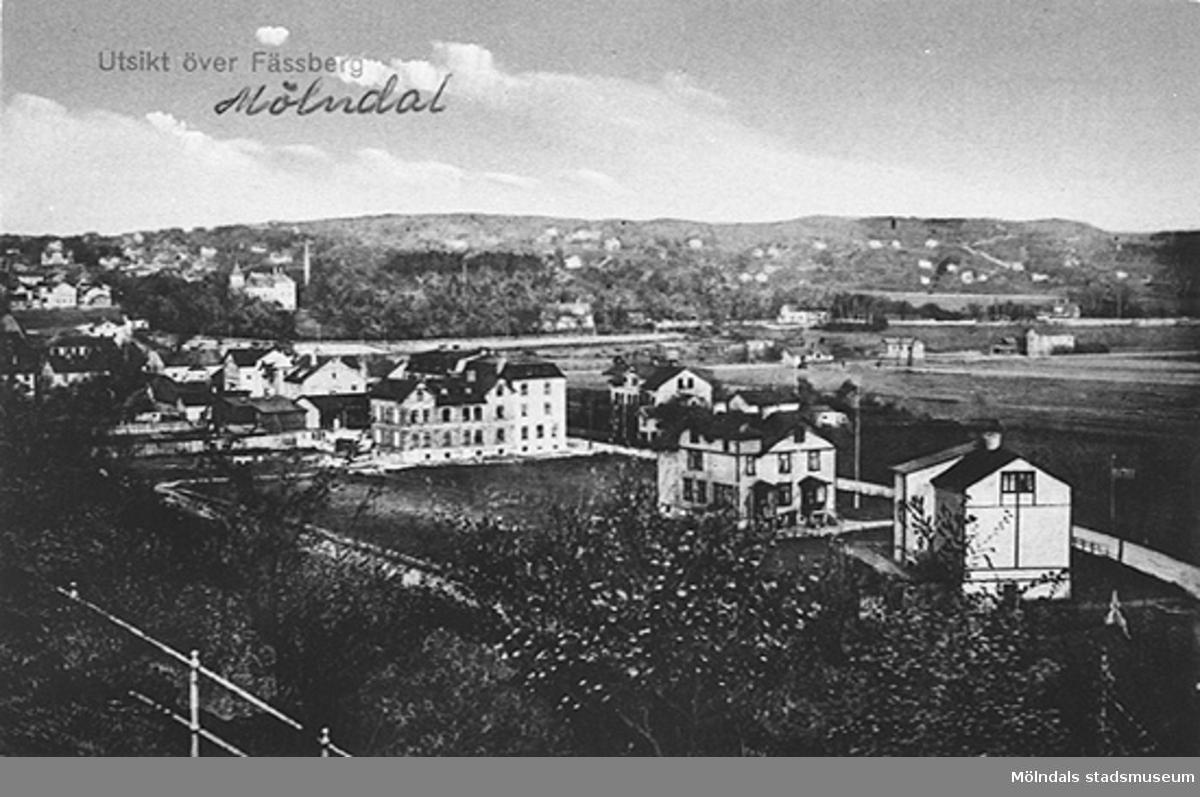 """Vykort """"Utsikt över Fässberg, Mölndal"""". Vy från Fässbergs kyrka mot Mölndalsbro i sydost cirka 1910. Man ser Frölundagatan och till vänster skymtar Bergmansgatan. Mellan dem går Medborgaregatan."""