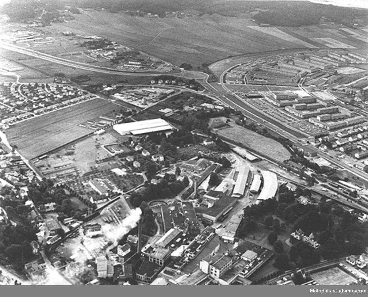 Flygfoto över Papyrus i förgrunden 1970. Åbro industriområde och Åbyområdet ses i bakgrunden. Yngeredsfors äppelodlingar och Forsåker till vänster i bild.