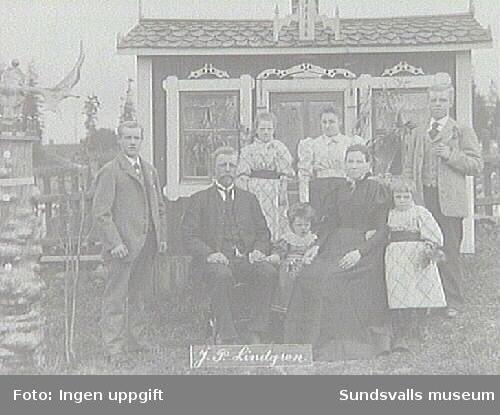 Familjen J P Lindgren. Fotografi taget under Lars Ulrik Öquist tid som ägare av Eriksdals sågverk 1870 - 1896.