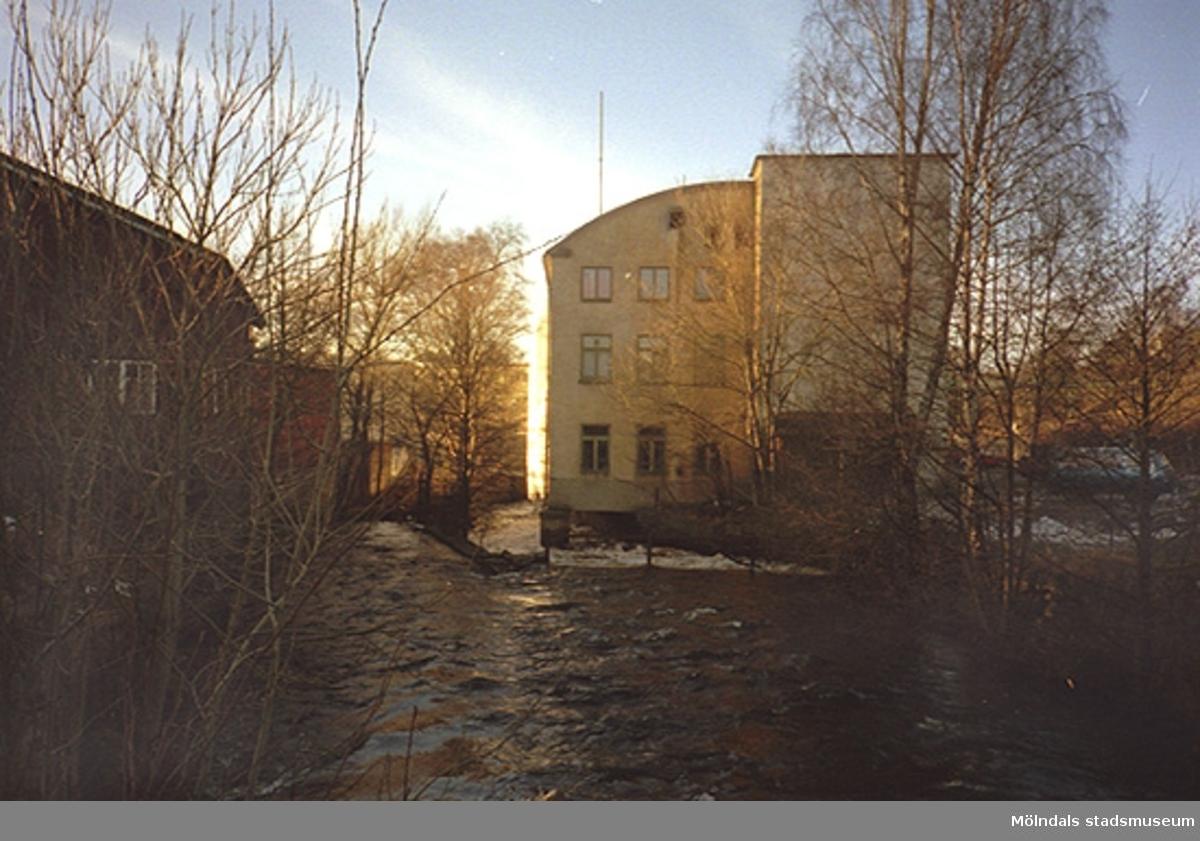 Utsikt från Rackarebron ned över Mölndalsfallen, 1995-03-15. Till höger ses Kvarnbygatan 10 (Samuelsons strumpfabrik, Musikhuset). I nedre ändan av huset ligger Mölndals stadsmuseum och Forscaféet sedan 2001/2002.