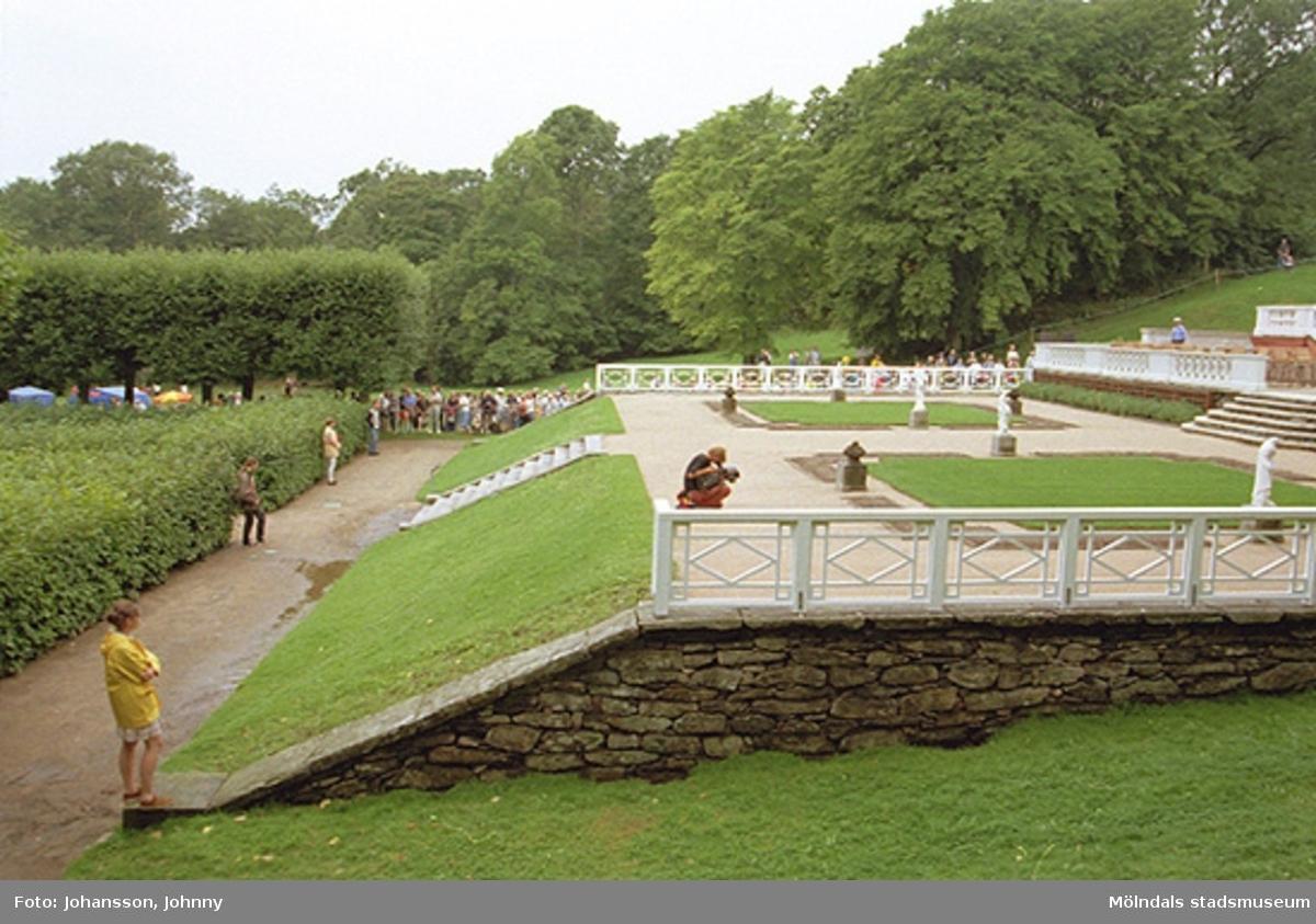 Publik som inväntar kungens och drottningens besök på Gunnebo slott, 1997-08-27.