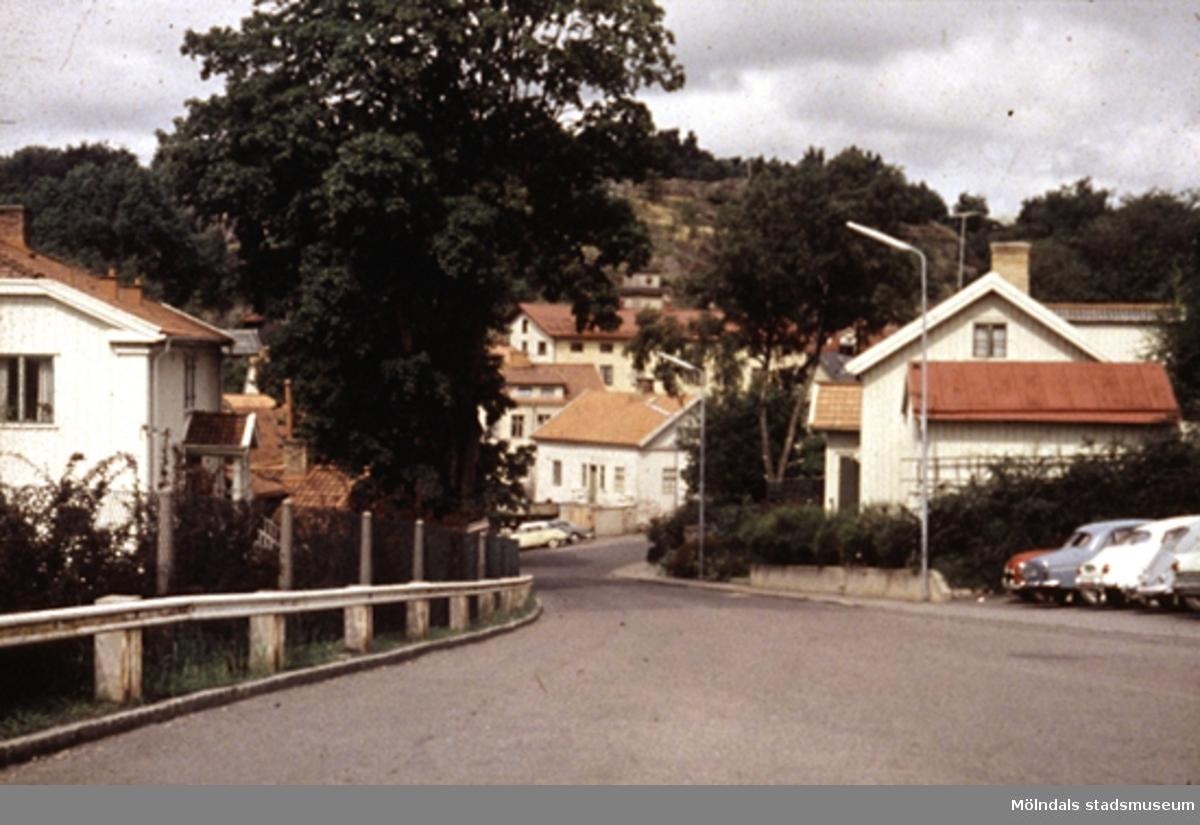Vy från f.d sjukhuset/polishuset/Mölndals museum. Huset i bildens mitt är gamla Sveaborg, kvarnfallet 27, en gång kvarn, senare ombyggt till bostadshus. Det ligger vid Fiskeflöten och Forsebron.