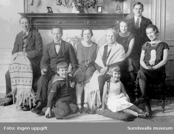 Julen 1926. Erika Alexi med barn och barnbarn