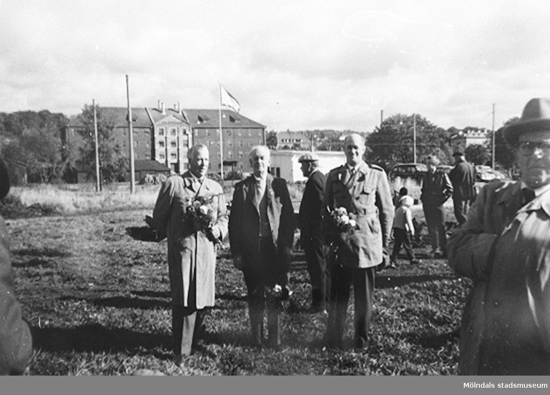 Tre män står uppställda mot fotografen efter att ha tagit det första spadtaget 1958. Från vänster: Algot Samuelsson, Ernst Carlsson och Harry Carlsson. Se även 1999_0209.