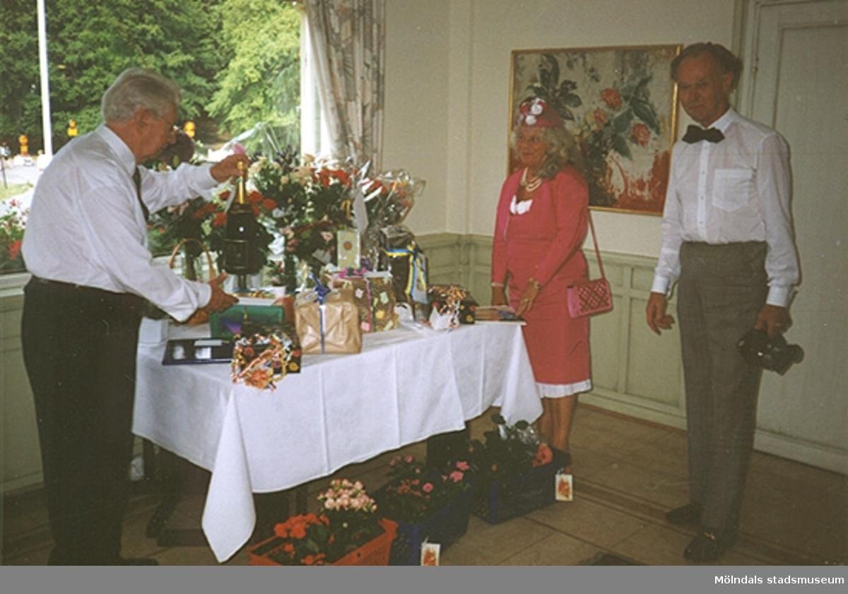 Margit Wennerbergs moster Brita firar sitt 85-årskalas den 12 augusti 1994. Från vänster: Gösta (Britas man) samt Margit och Lars Wannerberg. Margits klänning, jacka, hatt, handväska och skor finns i Mölndals stadsmuseums samlingar.