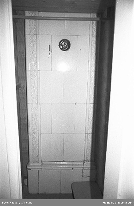 Interiör i fabriksbyggnad: en kakelugn.