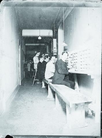 Postsortering troligen på postkontoret Stockholm 5. Sittande längst fram troligen Albin Gustaf Pettersson.