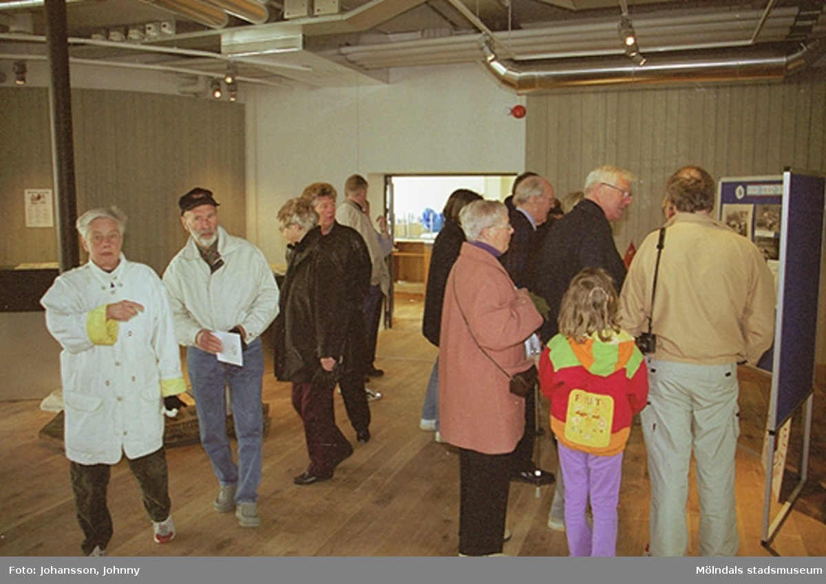 Besökare på Mölndals museum som ännu inte är klart, Kvarnbygatan 12 år 2002.