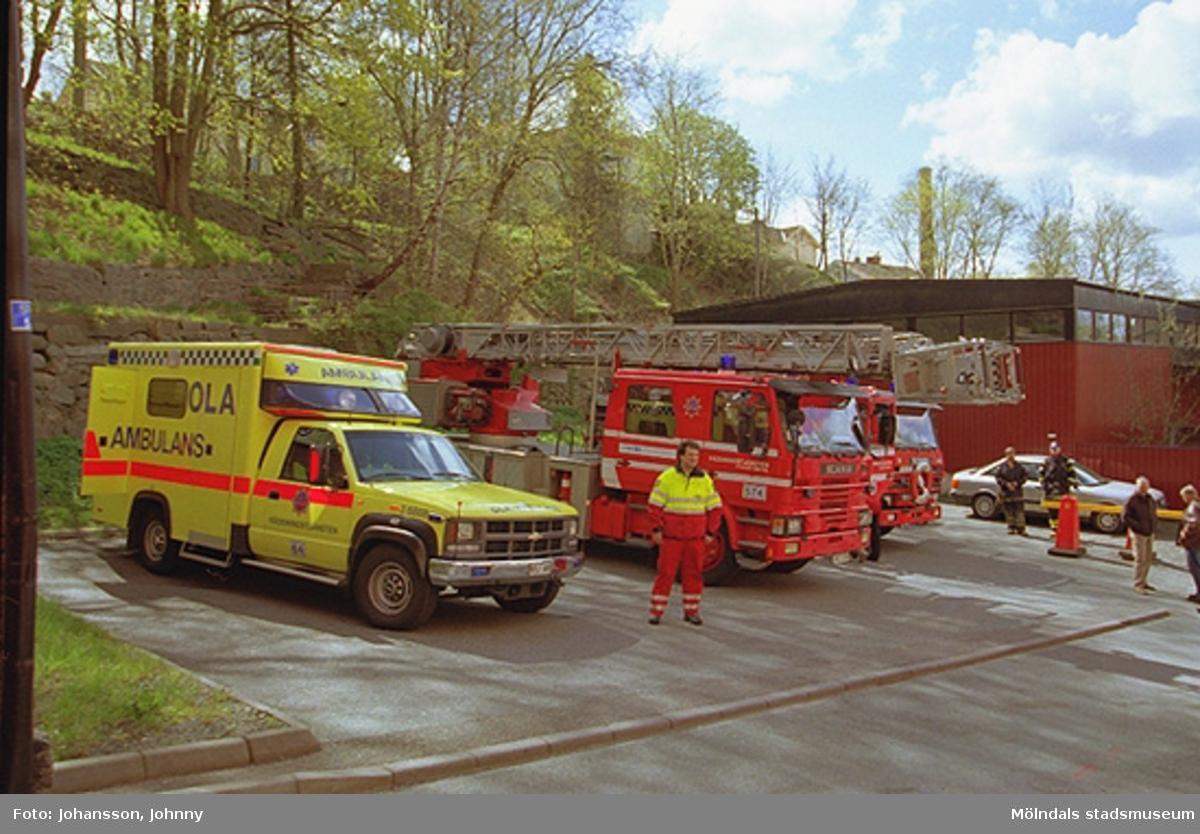 OLA-ambulans och brandbilar från 1937 och 1990-tal som visas vid Götaforsliden.