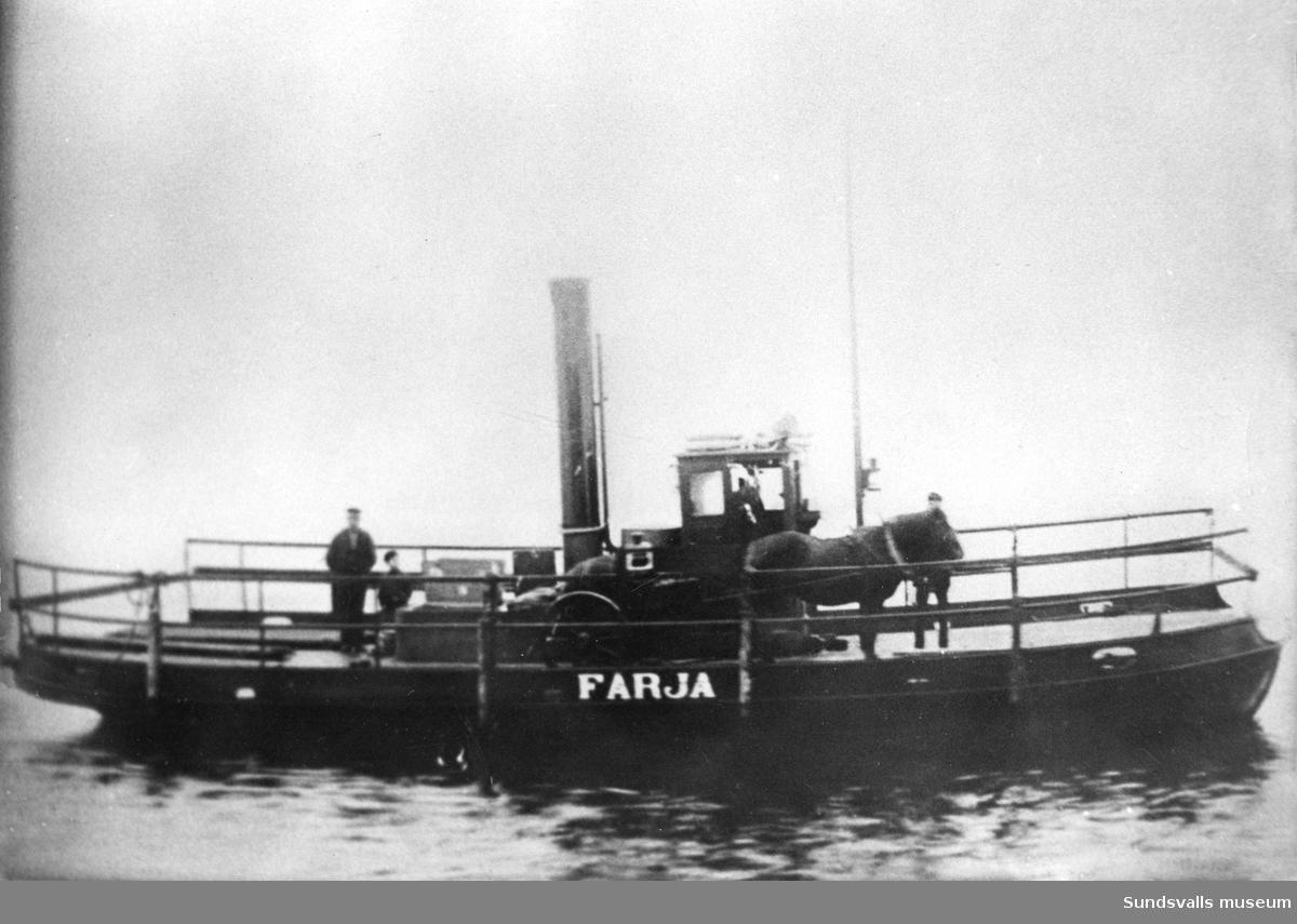 Den första Alnö-färjan, som kom i drift 1913. Den byggdes på Linderbergs Verkstad i Sundsvall.