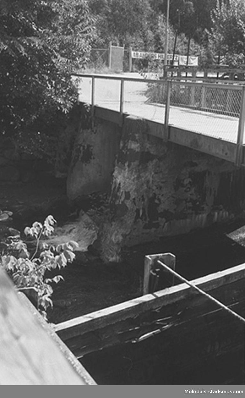 En bro över ett vattendrag vid Kvarnfallet 31, hösten 1994.