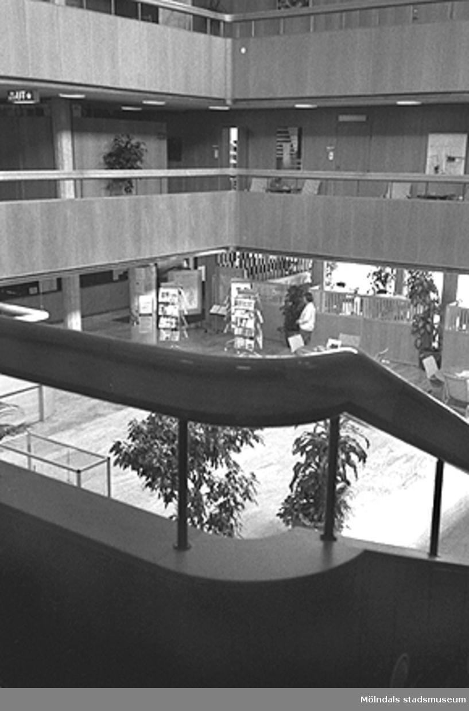 Utsikt över stadshushallen i Mölndals stadshus, juni 1994.