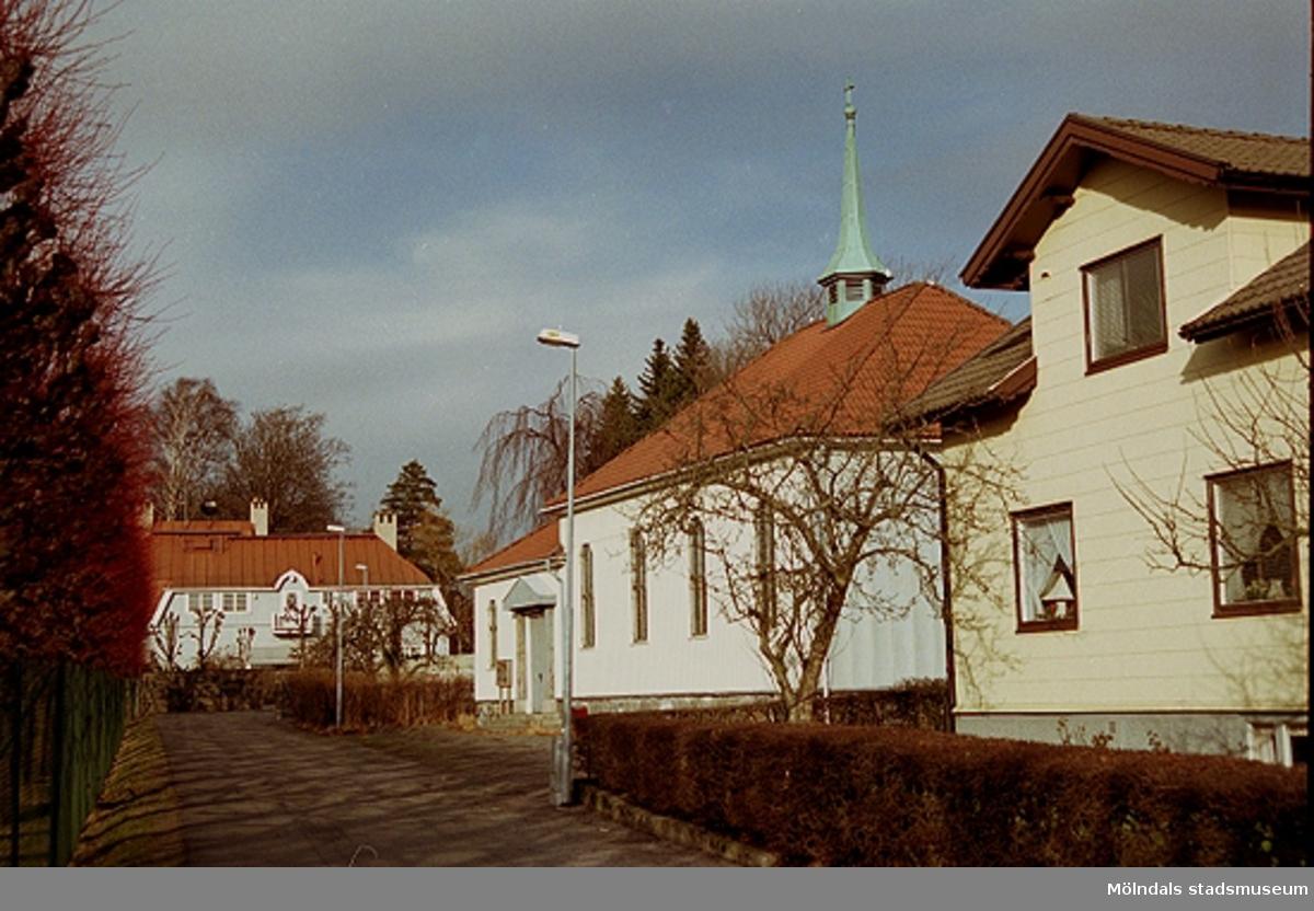 Till höger ses Brännåskyrkan/Metodistkyrkan i Brännås år 2001.