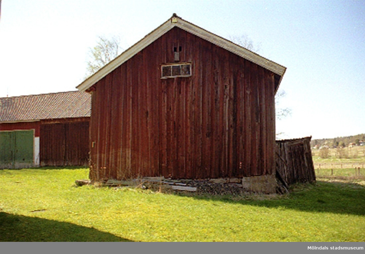 Rivningsdokumentation av en gård.Heljeredsvägen, Heljered 2:14 i Kållered, cirka juli 1999.