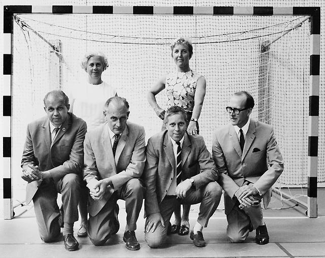 Gruppfoto i Postens Sporthall, Dalagatan 61, Stockholm. Framför handbollsmålet står i främre raden fr.v. Ingvar Lundberg, Olov Stavre, Yngve Warreby och Albert Jussila. Bakom står Aina Strand, t.v., och Ulla Montant.
