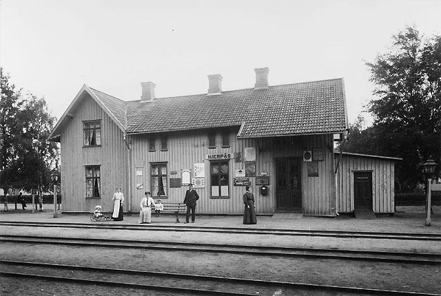 Post- och järnvägsstationen i Hjerpås (numera Järpås) omkring år 1905 (inrättad 1878). Stf (1903-1943) Axel Lidman med familj.
