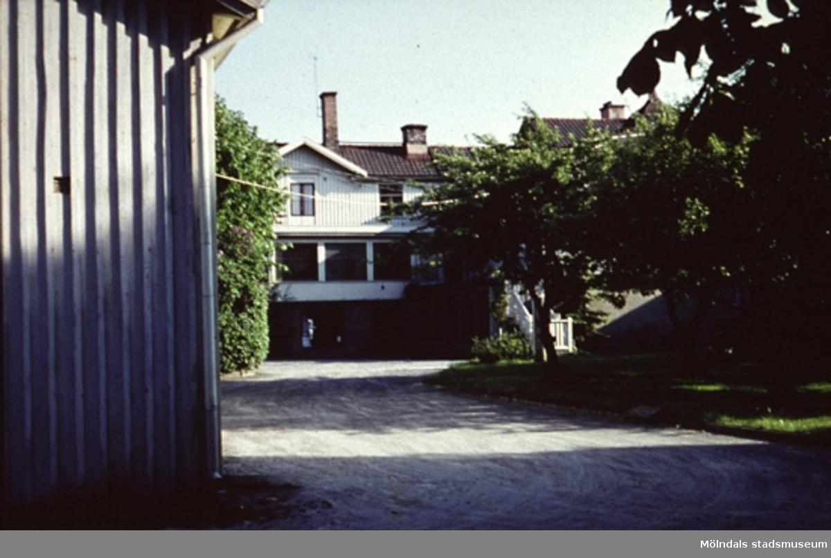Ka. Karlssons bostadshus i Mölndalsbro, Mölndal, år 1968.Taget från Bergmansgatan. Adressen till huset var Frölundagatan 6, och tidigt fanns KA Karlssons Mjölk i källaren, senare även Butik Allehanda. Under 50-60-talet hade Doktor Sandström sin mottagning här i första vånigsplanet och senare ägdes fastigheten av samma ägare (Kristoffersson) som drev Mölndals Möbelaffär på Kvarnbygatan.