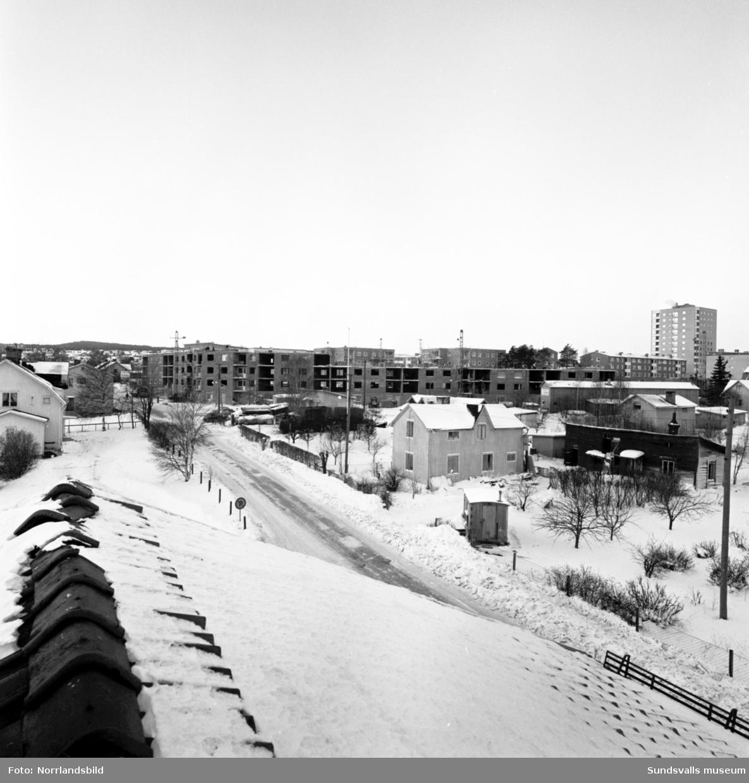 """Nybygge vid Skönsbergsvägen, den så kallade """"Kinesiska muren""""."""