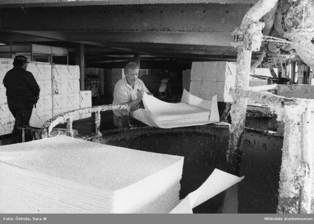 Femte våningen, byggnad 6 på Papyrus i Mölndal, år 1990. Mannen i mössa är Erik Rotgren och mannen till höger är Stig Andersson, han löser upp pappersmassa i en pulper/pappersupplösare.