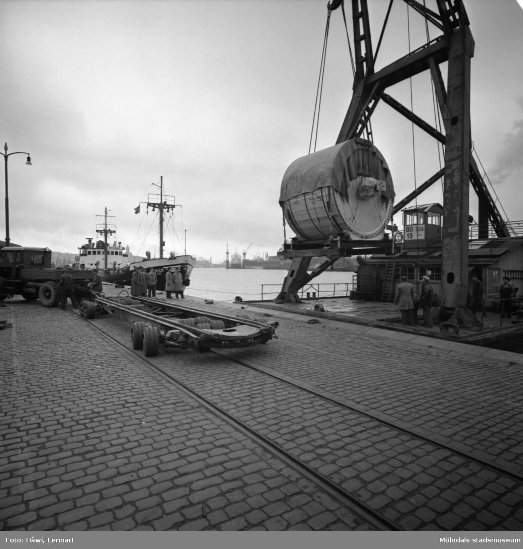 Transport av Papyrus PM2 yankeecylinder. Cylindern lastas på ett lastfordon med hjälp av lyftkran. Göteborgs hamn, 16/4 1957.