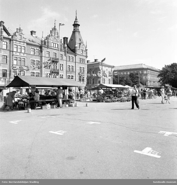 Gatubilder med folkvimmel på Storgatan och Stora torget.