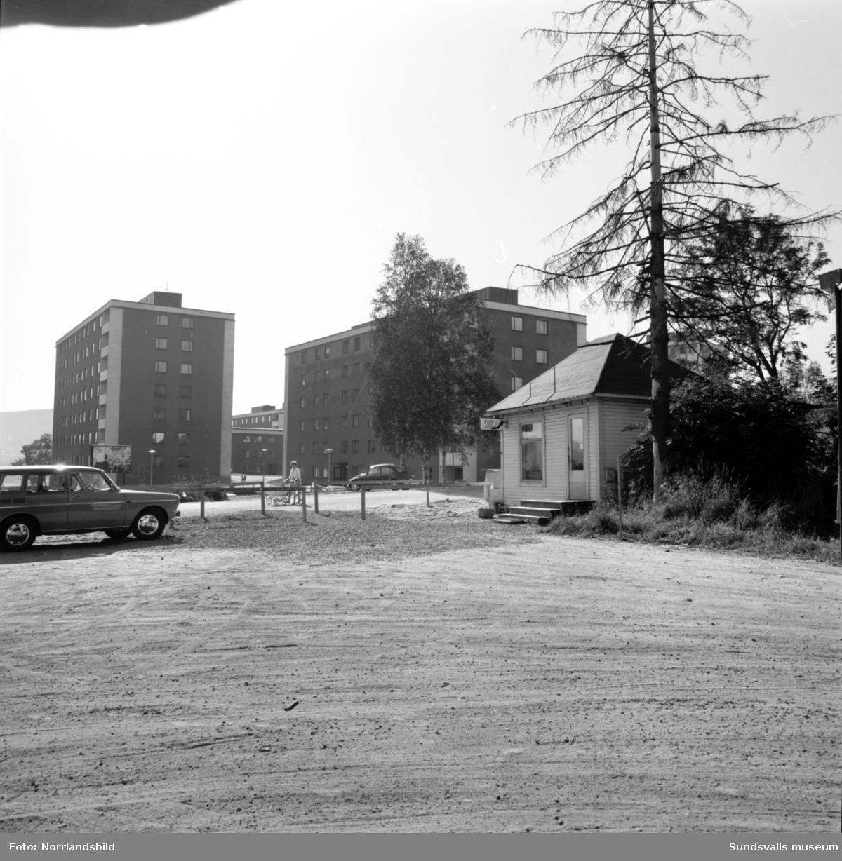 Viklunds lilla skoaffär i Skönsberg, vid Trafikgatan mot Basgränd, bommar igen. Även ett bostadshus bakom skoboden med en kvinnoskulptur vid entren.