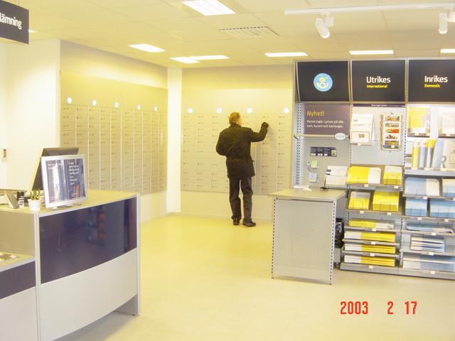 """På samma adress finns också Svensk Kassaservice. Nyhet i försäljningssortimentet är att """"portot ingår i priset på alla kort, kuvert och kartonger"""". Blå färg på försändelsen skickas inrikes och den gula försändelsen skickas utomlands."""